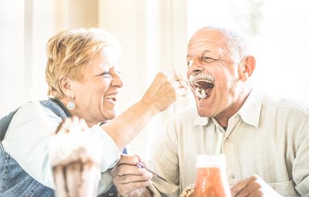 Feliz, jubilado, mayor, pareja, en, el amor, disfrutando, bio, helado, taza - alegre, viejo, estilo de vida, concepto Foto de archivo - 81362372