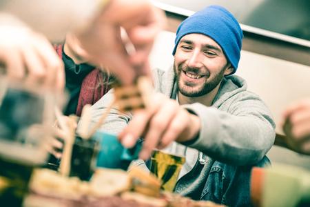 Mec heureux avec des amis, manger des amuse-gueules et boire de la bière au pub - Gens joyeux s'amusant au coin du restaurant de la brasserie - Concept d'amitié sur filtre désaturé vintage mettant l'accent sur le visage Banque d'images - 91085635