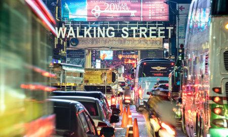 パタヤ, タイ - 2016 年 2 月 18 日: 冒頭で有名なウォーキングストリートの夜 - 通り、バリハイ桟橋ビーチロードの南の端からまで、18 の後は、通行止