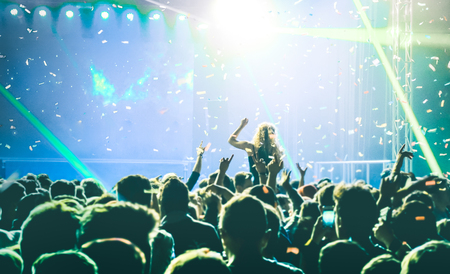Concierto del concierto del festival con dj tocando música dentro de fiesta - entretenimiento y concepto de vida nocturna con la gente joven bailando en el fotógrafo posando - sonriendo en el ambiente de las velas - enfoque suave Foto de archivo - 95012377