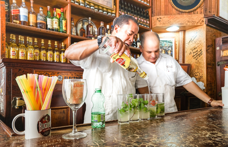HAVANA, CUBA - NOVEMBER 19, 2015: professional cuban bartenders preparing Mojito drinks at world famous cocktail bar Stok Fotoğraf - 95944295