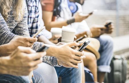 Multikulturelle Freundesgruppe mit Smartphone mit Kaffee in der Universitätshochzeit - Menschenhände süchtig nach mobilem Smartphone - Technologiekonzept mit verbundenen trendigen Millennials - Filterbild