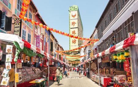 SINGAPOUR - 11 FÉVRIER 2015 : boutiques multicolores sur Temple Street près de South Bridge Road dans le quartier de Chinatown - Chaque année, le quartier est décoré de décorations pour le prochain Nouvel An chinois