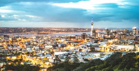 De skyline van Auckland vanaf Mount Eden na zonsondergang tijdens het blauwe uur - de moderne stad van Nieuw-Zeeland met een spectaculair nachtlandschap - Verbeterd filter op nachtverlichting