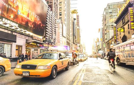 NUEVA YORK - 27 DE MARZO DE 2015: taxi amarillo y vida cotidiana cerca de Times Square en el centro de Manhattan antes del atardecer - Intersección de 7th Avenue con 42nd Street - Tonos de color filtrados por el sol cálido