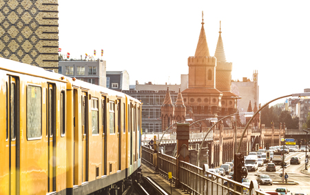 BERLIN, DEUTSCHLAND - 14. OKTOBER 2016: Gelber Zug der Berliner U-Bahn mit Oberbaumbrücke im Hintergrund am Friedrichshain Kreuzberg in der Nähe der U-Bahnstation Warschauer Straße Editorial