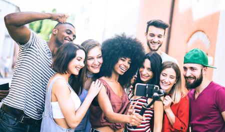 Multirassische Freunde, die Video-Selfie mit Handy auf stabilisiertem Gimbal machen