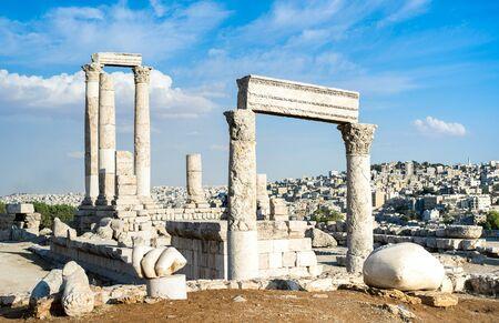 Anciennes ruines romaines de la citadelle au sommet de la ville d'Amman - Capitale de la Jordanie au Moyen-Orient - Concept de merveille de voyage avec le Temple d'Hercule nommé en langue arabe Jabal al-Qal'a - Filtre vif et lumineux