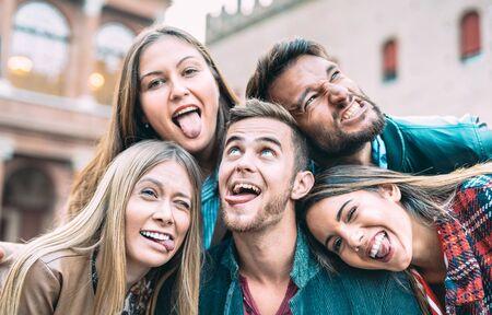 Beste vrienden die selfie nemen tijdens een stadstour - Gelukkig vriendschapsconcept met millenniummensen die samen plezier hebben - Dagelijks levensconcept van vertegenwoordigers van de nieuwe generatie die genieten van een zorgeloze levensstijl