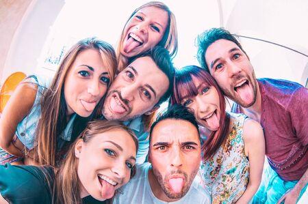 Beste Freunde, die verrückte Selfies bei einer Stadtrundfahrt machen - Fröhliche Freundschaft mit tausendjährigen Studenten, die zusammen Spaß haben - Alltagskonzept der neuen Generation für einen sorglosen Lebensstil auf dem College-Campus