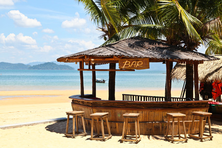 Bar aan het strand met heldere blauwe hemel op Phayam eiland van Thailand