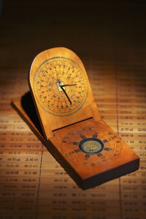 reloj de sol: Primer plano de antiguo reloj de sol chino Editorial