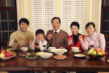 respetar: Familia que celebra el Año Nuevo Chino Foto de archivo
