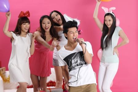 party time: la f�te ensemble avec le groupe de jeunes Banque d'images