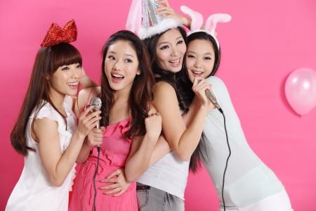 persona cantando: party time junto con el grupo de j?venes Foto de archivo