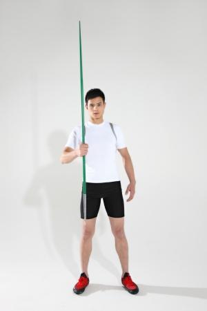 lanzamiento de jabalina: Atleta de pista masculino se prepara para lanzar jabalina