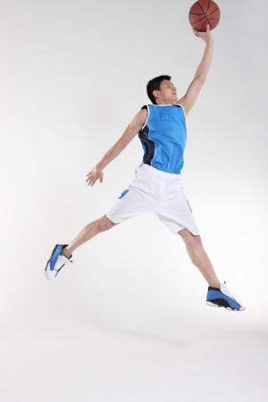 hombres haciendo ejercicio: Jugador de baloncesto