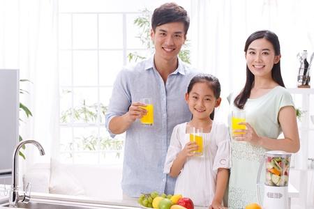 familia saludable: familia en la cocina Foto de archivo
