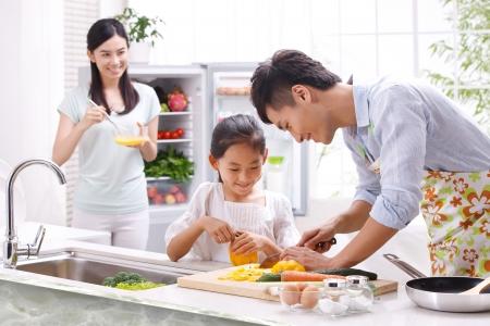 domestic chore: familia en la cocina Foto de archivo