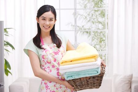 prádlo: Mladá žena dělá domácí práce Reklamní fotografie