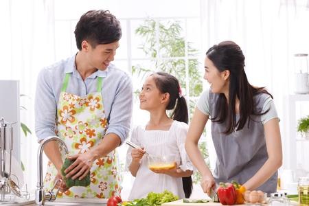 family eating: familia en la cocina Foto de archivo