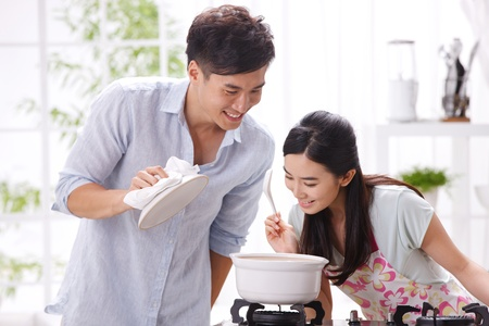 cuisine: Jeune couple dans la cuisine
