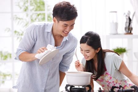 hombre cocinando: Pareja joven en la cocina
