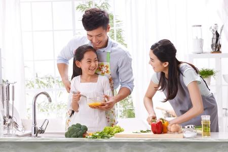familia comiendo: familia en la cocina Foto de archivo