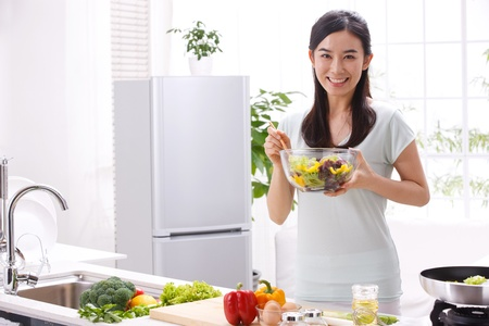 キッチンで若い女性