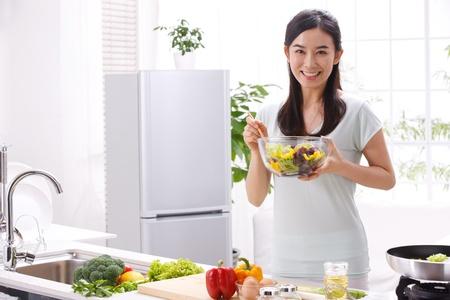 ama de casa: mujer joven en la cocina