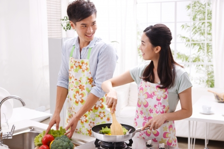 casal heterossexual: Pares novos na cozinha