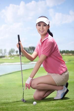 Aziatische vrouw golfen