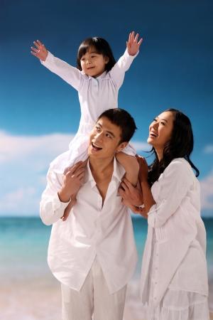 семья: Семья из трех играть на пляже