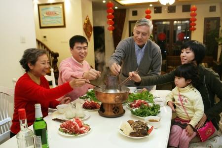 Záběr čínské rodiny u stolu photo