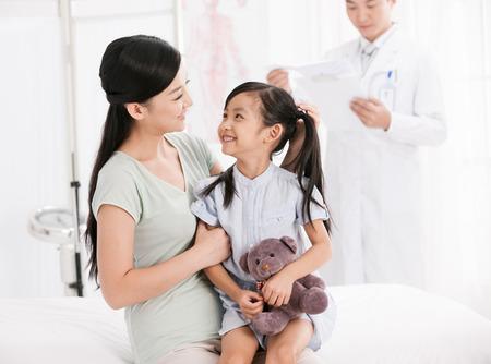 hija: médico y una niña con su madre