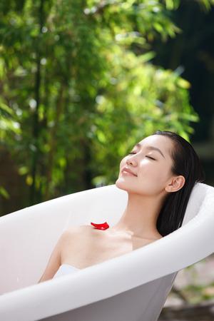 mujer ba�andose: Mujer joven que se ba�a