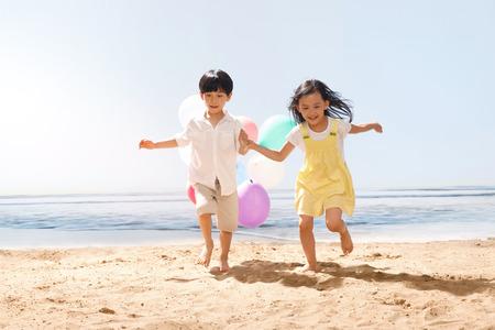ni�as chinas: Childen en la playa