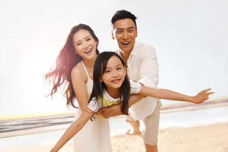 famille: Famille sur la plage Banque d'images