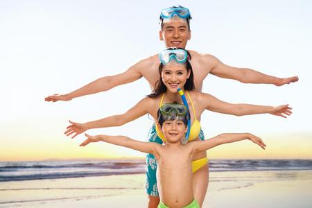 Familie am Strand Standard-Bild - 34917213