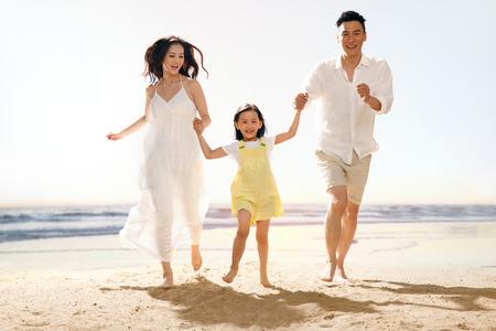 Famille sur la plage Banque d'images - 34917219