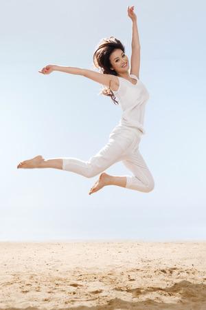 verticales: La mujer que salta en la playa