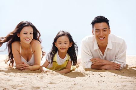 해변에서 가족 스톡 콘텐츠