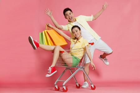 ショッピングの若い恋人 写真素材