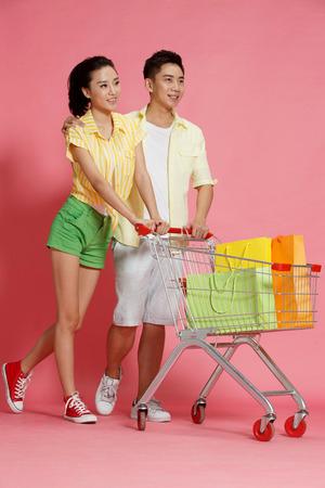 jovenes enamorados: amantes jóvenes de compras Foto de archivo