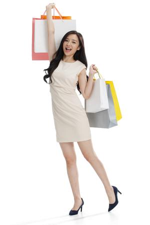 mujeres fashion: Una niña con una bolsa de compras