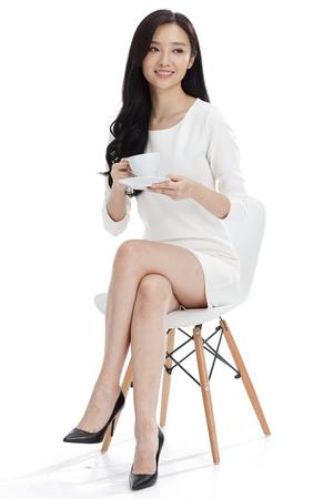 mujeres sentadas: Joven mujer de negocios