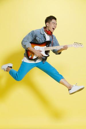 Giovane uomo a suonare la chitarra Archivio Fotografico - 57388355