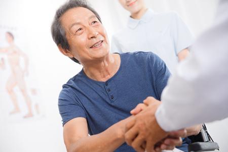 Pacientes con las manos del médico.