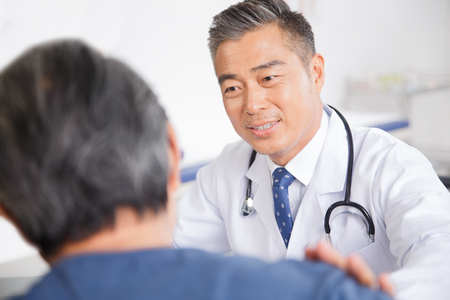 The doctor to the diagnosis and treatment in patients Standard-Bild