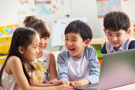 유치원 아이들은 비디오를 봅니다. 스톡 콘텐츠